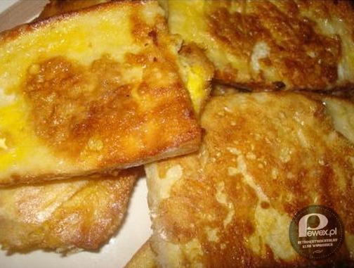 Chleb w jajku – SKŁADNIKI: - 6 kromek chleba - 2 jajka - szczypta soli - olej  Jajka roztrzepać w miseczce z solą. Zamaczać pieczywo w jajku i smażyć na rozgrzanym oleju na złoty kolor.  Życzmy kolektywnie smacznego!