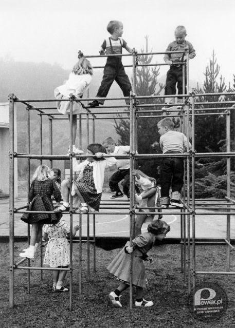 Plac zabaw PRL – Stały na osiedlowych podwórkach i przy przedszkolnych ogrodach, dzieciaki dokazywały wisząc do góry nogami i nikt się nie bał, że komuś stanie się krzywda.